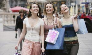 3 femmes magasinant